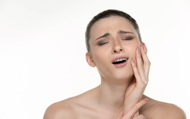 อาการที่สามารถเกิดขึ้นได้หลังการฝังรากฟันเทียม เหงือกและใบหน้าบวม ปวดแผลที่ผ่าตัด มีเลือดออกเล็กน้อย